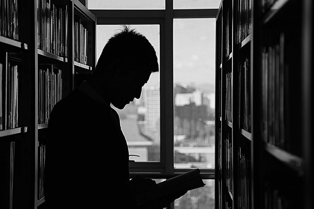 hombre leyendo fuerza mental