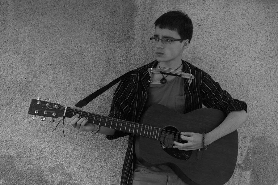 joven tocando guitarra con mano izquierda