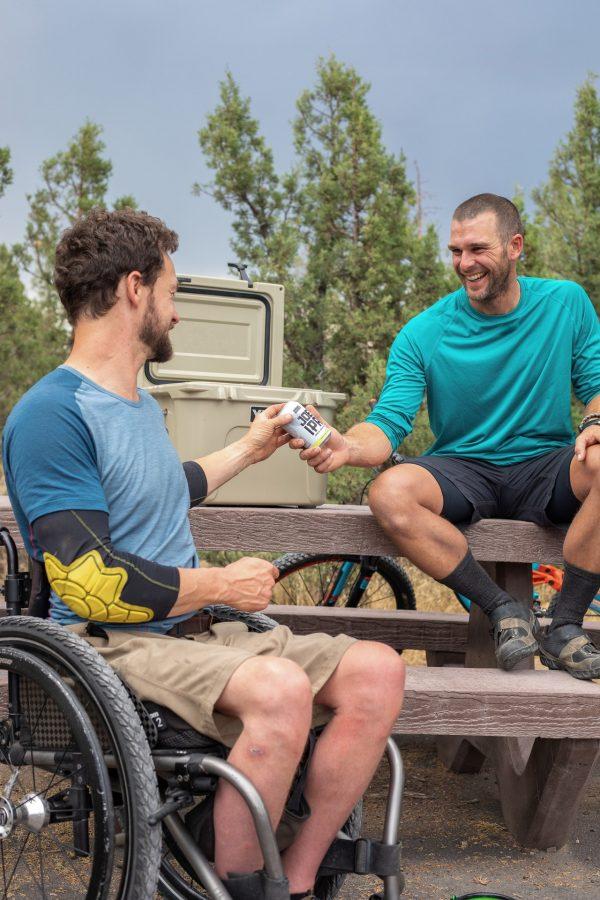 compartiendo con hombre en silla de ruedas