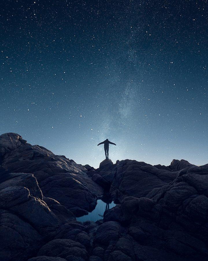 persona admirando el espacio