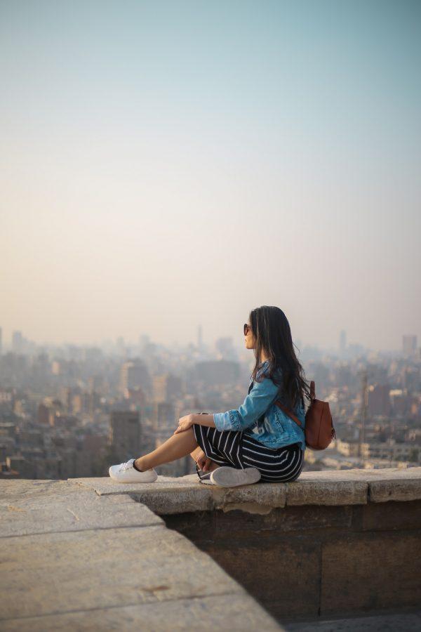 joven admirando la ciudad