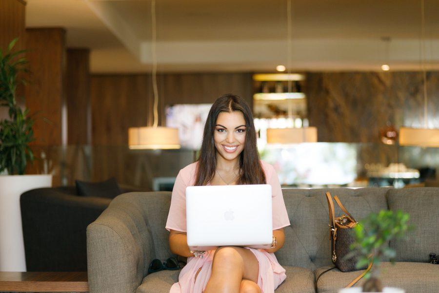 mujer emprendedora con portatil
